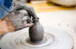 trabajo en un torno del atelier de cerámica