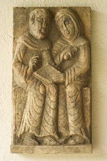 monges em leitura, escultura em pedra