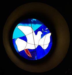 Vitrail de l'église du Monastère de Bose